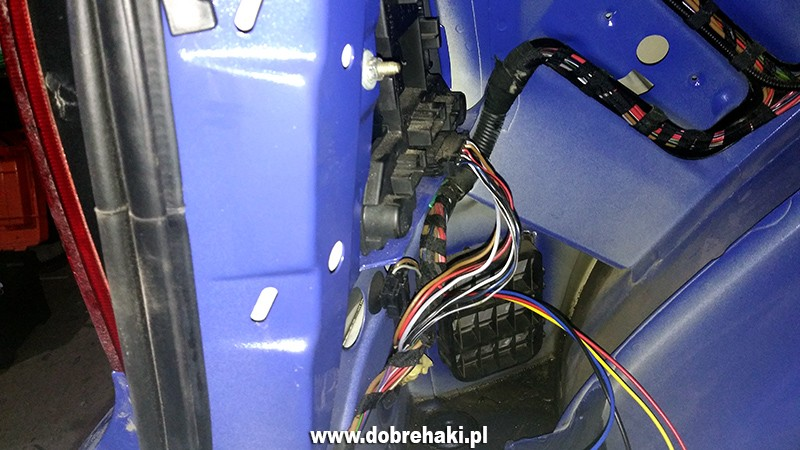 Tylko na zewnątrz Hak holowniczy VW GOLF IV - montaż z wiązką UNI7 TX11